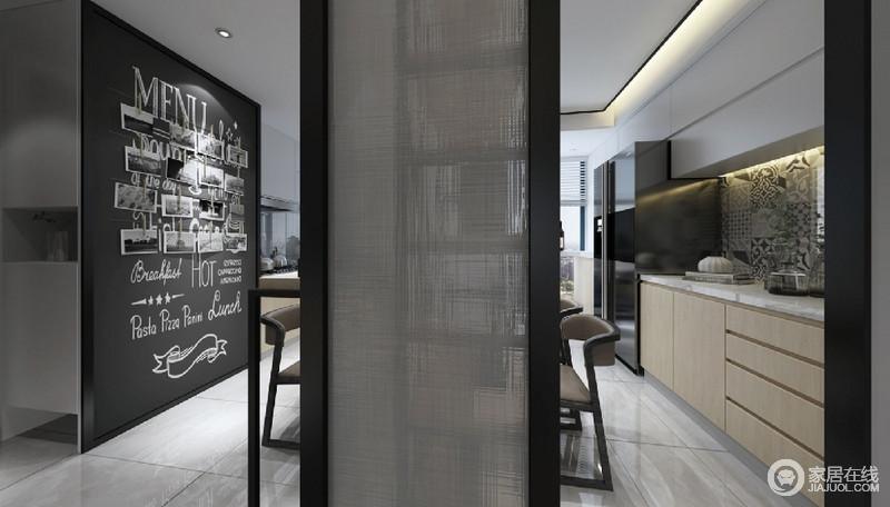 餐厅用隔断隔起来,增加了神秘感,同时也解决了区域性的问题,黑白墙的随性设计无疑让生活格外惬意。