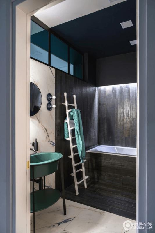 黑色的墙砖,加上灯槽,让整个空间更具神秘感,盥洗区的白色大理石因为肌理多了天然美学;绿色盥洗台与白色梯式毛巾架,以色彩带来空间的清新。