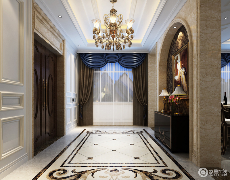 玄关拱形门洞里饰以繁复的深褐色印花,与悬挂的西方情调的油画,演绎优美的门厅入户视感;对称摆放着台灯、花束的边柜,缱绻的描金与地板上拼花粉饰出柔美清淡的锦簇奢华。