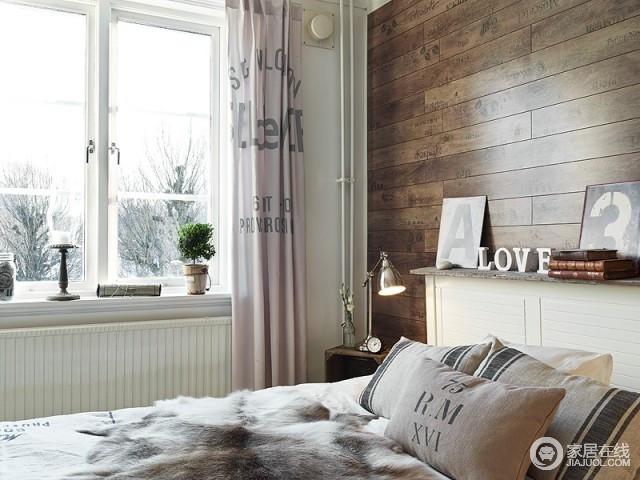 卧室利用大量的字母元素进行装饰,从窗帘到饰品都体现了生活的不同面;窗台上的饰品也为空间的艺术范儿助力不少。