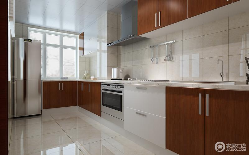 米色穿插木色,以深浅交织搭配的方式,减弱厨房朴拙厚重,让木质温润碰撞硬朗理石,材质的叠加将空间营造的适宜得体;既保留了中式的韵调,又不失现代空间质感,同时巧妙结合家电,规整有序。