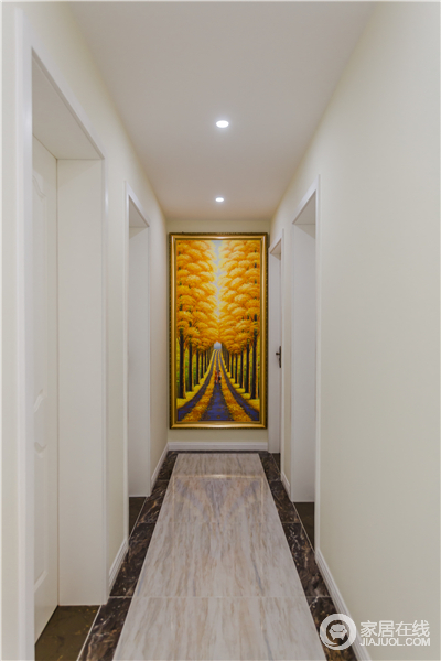 走廊以浅色为主,门框结构为空间带来了几何感,一副秋天的的画作减少了空间的空白,让空间一副繁荣收获的景象。
