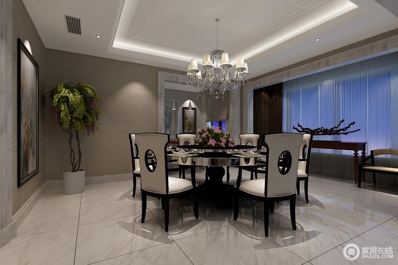 餐厅以冷色为主,灰色系的砖石奠定了朴素,白色纱幔与褐色窗帘呈现稳重;现代古典餐椅与欧式吊灯调和出了轻贵,与实木边柜和器物,打造了一个够艺术、够生活的空间。