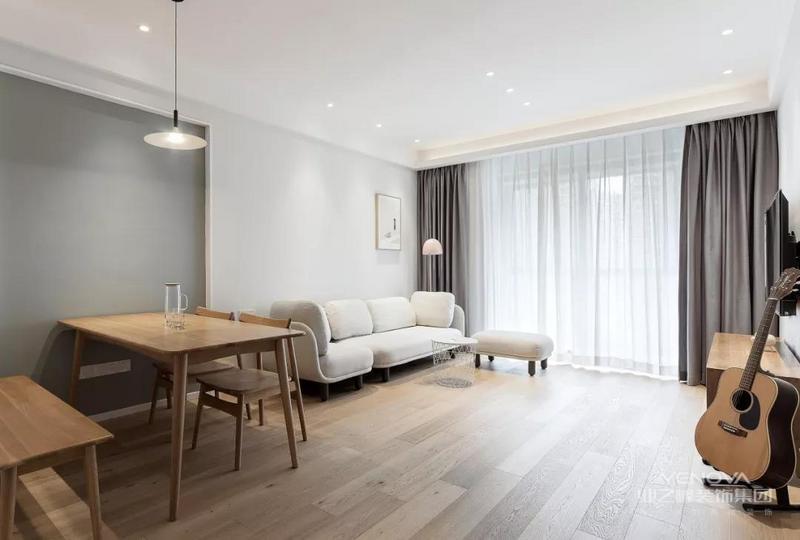 客餐厅以灰色和白色为主调,大面积的玻璃窗带来良好的采光性,整体空间干净明亮又舒适。