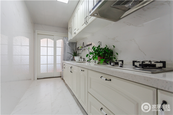 厨房以白色为主,从墙砖到橱柜,色调上的干净,让空间看上去更为舒服,少许欧式点缀,让空间不失小质感。