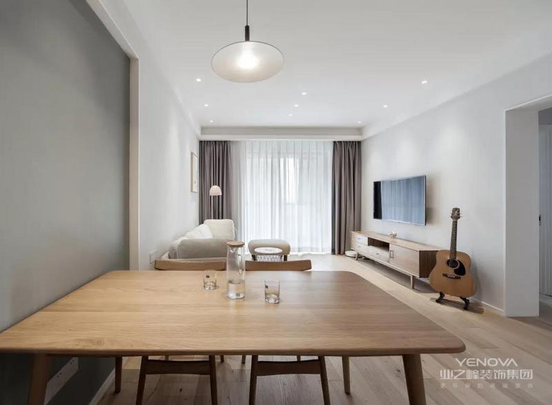 开阔的空间,充沛的光线,为家里带来舒适与惬意,整个空间非常干净纯粹。