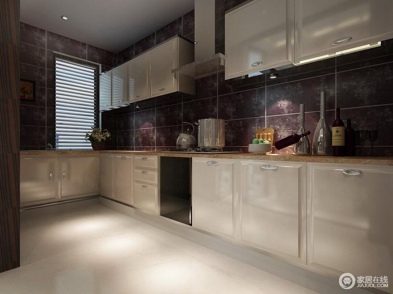 厨房以紫色的花纹砖,铺陈出充满时尚格调的背景墙面,配以白色的整体橱柜,镶以米黄色的大理石台面,整个空间带着不可言喻的华贵质感,完全摒弃掉了厨房所拥有的烟火之气。
