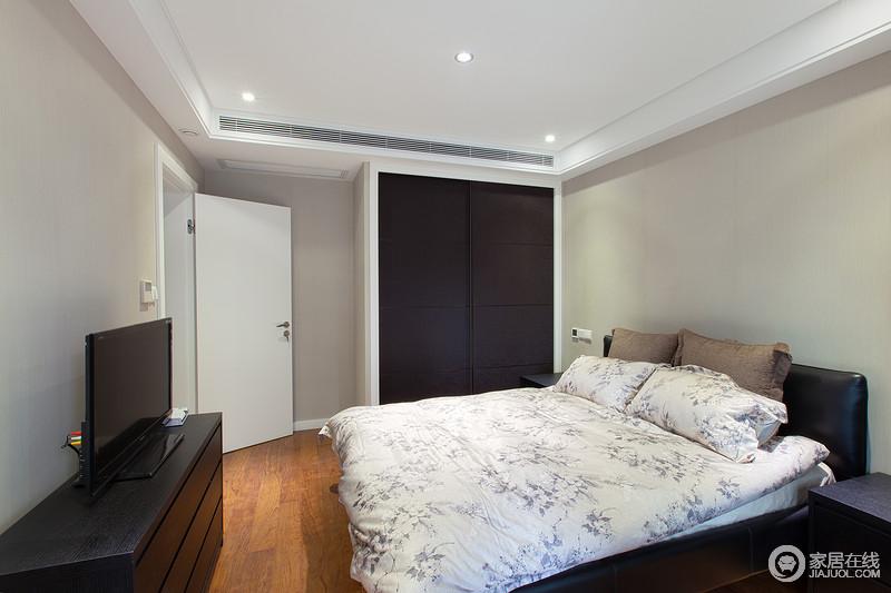 卧室的吊顶平整直接,小射灯作照明让空间更为简洁,再搭配驼灰色的墙面,更是十分沉寂;简单的家具组合与床品做组合,塑造舒适。