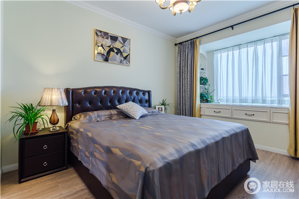 卧室乳白色的墙面少了苍白感,纽扣床背搭配浅色床品让空间在层次之中,找到一种舒适感和平衡状态;几何挂画地简单与欧式家具的古旧,而窗帘的色彩让白色的飘窗具有了色彩活力。