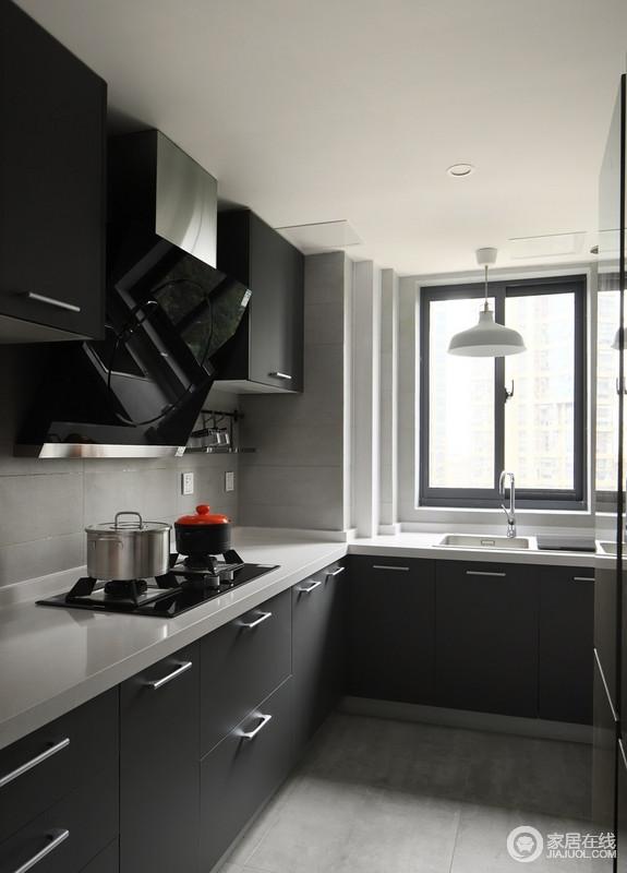 厨房L型格局让操作更为方便,亚光深灰色橱柜搭配白色台面,不仅耐看,整体感觉干净整洁。