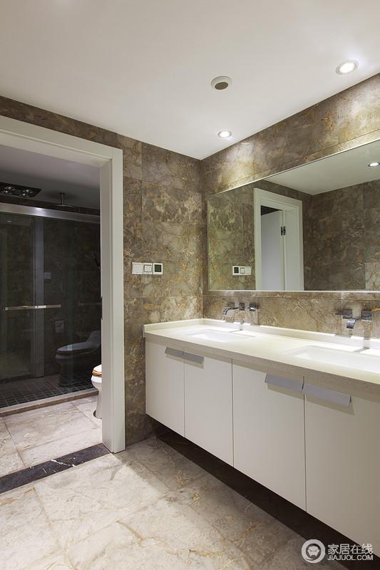 整个卫生间以不同彩色的仿旧砖作铺贴,让空间耐脏、耐磨,干湿分离的设计极大地方便了生活,再加上盥洗柜的组合设计,绝对实用大气。