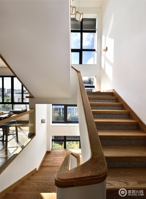 通往三楼的楼梯以层叠的方式将空间连同起来,玻璃隔窗让整个空间十分通明宽敞,带来采光和好视野,全屋以木质家具为主,打造一份朴质。