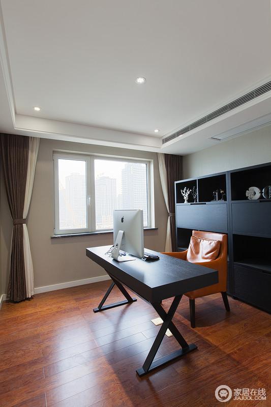 书房以中性色来粉刷墙面,搭配棕色木地板,层次之间,奠定了空间的淡暖温馨;黑色胡桃木书柜和书桌组合现代实用,与驼色系窗帘成就生活的温实和安谧。