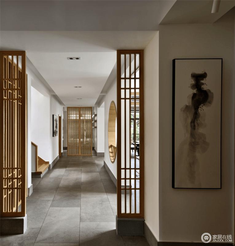 从门厅往内室,以走廊的形式将白墙、灰砖带来的素雅和静谧营造起来,并通过隔断让入室的时候更具有隐秘性,搭配木质屏风墙,赋予空间空灵感。