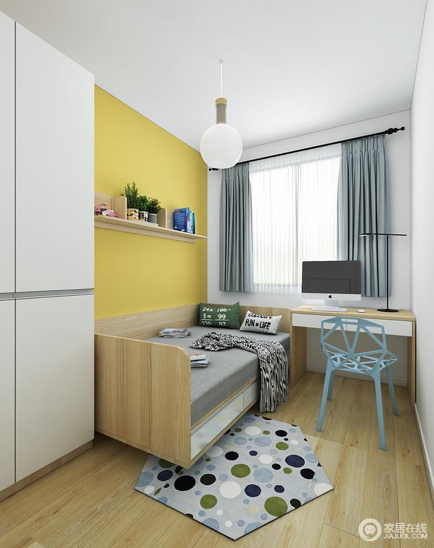 卧室以白色衣柜搭配黄色墙面,构成色彩冲击,并因为悬挂架上的一器一物,多了北欧生活的小温情;灰色床品搭配蓝色窗帘,更是写照出生活的儒雅和舒适,颇显静谧,正如原木地板和家具延续北欧的自然之法。