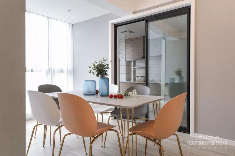 在这套120平米的房子装修中,整体以低饱和度的浅灰色为主,通过北欧舒适的家居布置,把空间营造成一个干净自然的舒适空间感。