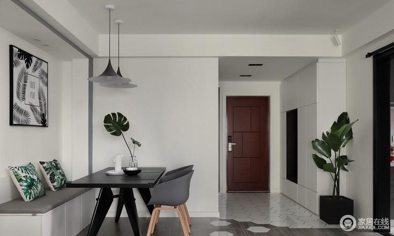 入户玄关比较宽敞,设计师专门为主人定制了储物柜,整体白色的设计也让空间更显利落,方便主人更换衣物,十分实用贴心。