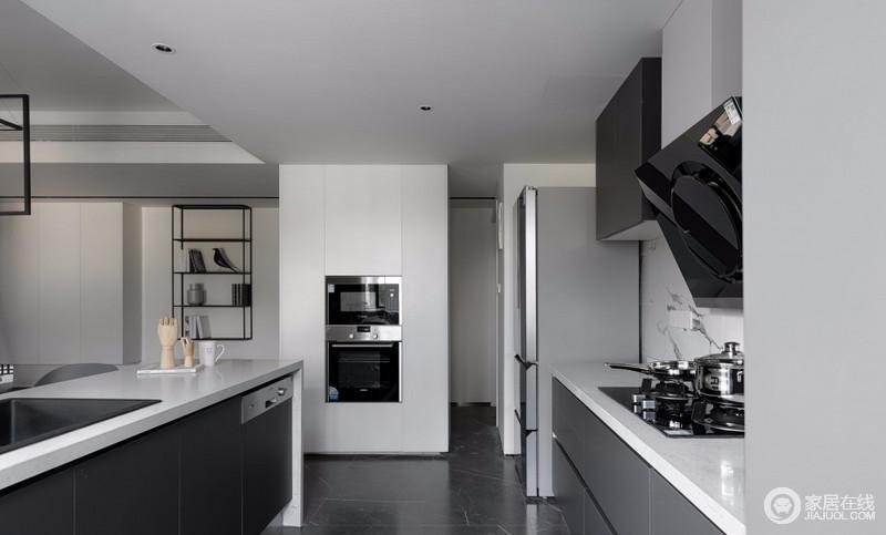 厨房完全敞开后,有了完全不同的空间效果,互动性被得以释放,门厅的双面柜为厨房电器找到了安身之处,保证了生活的质感;岛台上嵌入的石英石水槽比灶具橱柜高10cm,这样使用水槽时就不用再弯腰操作,更加符合人体工学;整个岛台一直延伸到北阳台尽头,洗碗机嵌入在岛台的南端,满足主人不同的生活需求。
