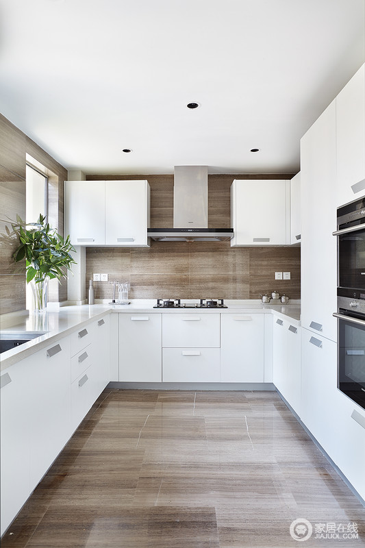 厨房以U型结构将不同功能做了简单分隔,让操作更为便捷;白色橱柜上下一体式设计透着现代质感,而木纹地砖装饰出朴质,却便于打理,给主人一个别致的烹饪时光。