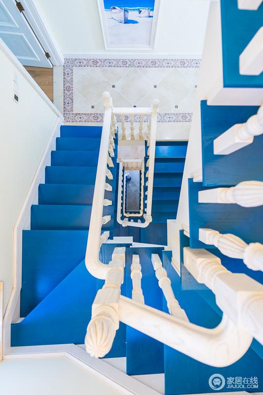 蓝色的楼梯视觉冲击力极强,配上白色的扶手,给人行走在蓝天配白云中的感觉,台阶的蓝色,延伸感很强