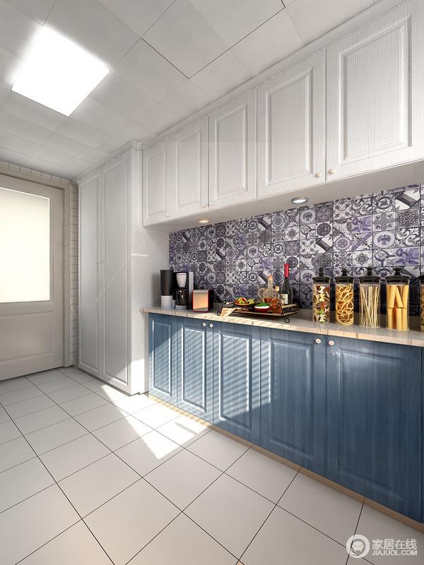 厨房操作台是厨房使用频率最高的地方之一,挪动门的位置,增加薄柜,大大增加了台面的空间操作,无论小家电存放,还是食物操作,轻松搞定;彩色拼花砖搭配蓝白橱柜,让空间更具设计感。