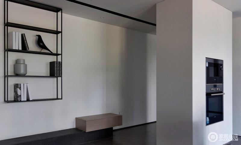 门厅处破墙立柜,拆除门厅与厨房之间的原墙体,用一组到顶的双面柜代替,双面柜的门厅一侧为鞋柜,另一侧为厨房嵌入式电器高柜,内部结构的划分明确,却在互动中,让空间更具有功能性,也保留了空间的简洁。