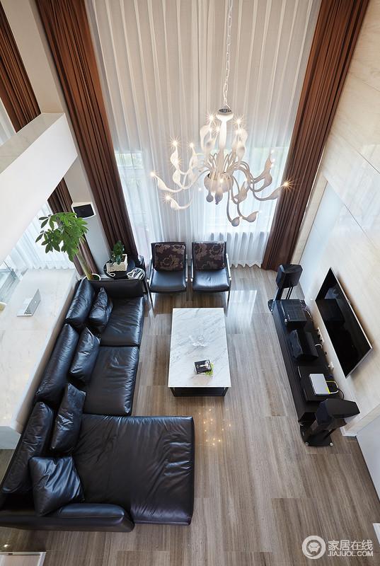 从二楼俯瞰整个客厅,落地窗因白色纱幔和窗帘更显大气,窗帘的垂感也显得极有气势;现代黑色家具组合因为白色茶几的点缀,上演黑白经典,颇为精致。