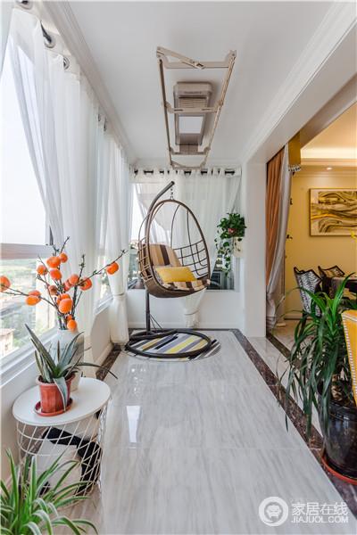 阳台以白墙灰色地面,给你营造一种乡间的感觉,而绿植与干花围绕在吊椅旁,充满了自然的情调,飘窗处的靠垫与白色纱幔,添置了浪漫。