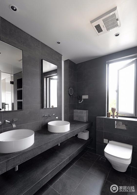 方形的卫生间做了三分式的设计,设置了一个1.4米长、0.9米宽的淋浴空间,中间将近1.2米宽的空间给到了马桶区,这么大的宽度,如果是同时用洗手间也不会觉得太拥挤;黑色瓷砖和台面形成整体式造型,与白色圆形台盆构成经典大气,让日程生活也有高级感。