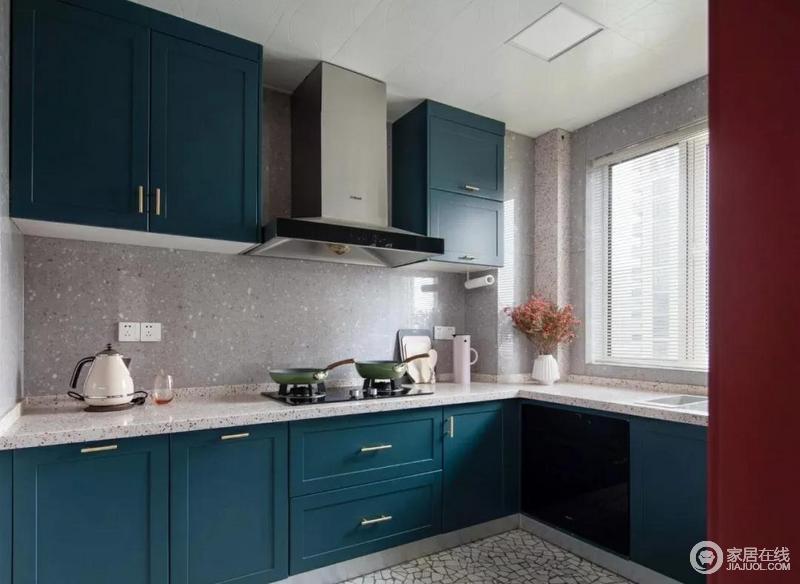 厨房采用了L型橱柜设计,大面积的蓝色橱柜显得既质感十足,又时尚大气,白色台面与之形成一种对比之美;灰色墙砖与整体橱柜搭配出清爽整洁。