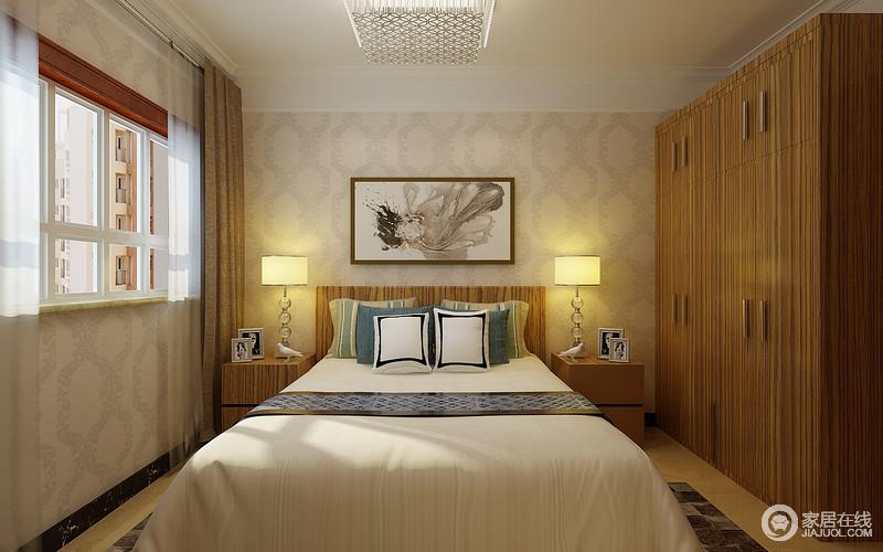 主卧以暗纹壁纸素雅的作为背景打底,原木色的衣柜带着自然的纹理,朴拙的呼应着床头及床头柜,与床头柜上动物摆件,将自然的静逸萦绕于室;蓝白色调的床品,低调温和的带出几分清爽明快。
