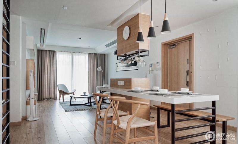 现场量身定做的餐桌,色调上选择了橡木本色、白色烤漆台面和经典黑色线条底座搭配,演绎工艺之美;新中式座椅镌刻着东方气息,搭配时尚的吊灯,让生活朴素而大气。