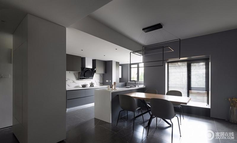 开放式餐厨是通过门厅后的空间做格局上的改变,吧台简单分区,却又不失互动性;大面积灰色背光墙面从餐厅延伸至厨房,将两者融为一体,而吊顶、立面和吧台的白色与之组合,保证了色调的柔和,也让生活更为便利。