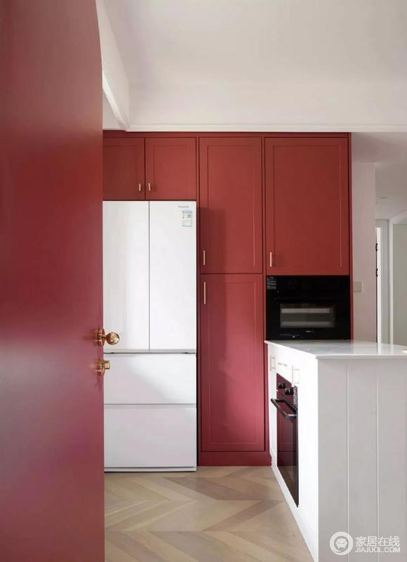 从厨房向餐厅望去,大面积的红色橱柜,造成强烈的视觉冲击。十分摩登,也表达着生活的热情;白色冰箱与吧台、嵌入式电器给空间注入黑白色,简单之中,透着一种另类美学。