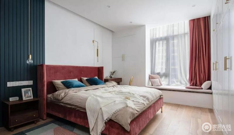 主卧延续温柔轻奢风。相比公共区域,私人空间更加注重舒适性,设计师在白色空间的基础上,背景墙装饰了一个蓝色几何条,构成蓝白组合,缓解单调;利用个性时尚的黄铜灯饰点缀精致,而精心挑选了棉质床品与丝绒窗帘柔软舒适,也给空间带来一种浓浓地温馨。