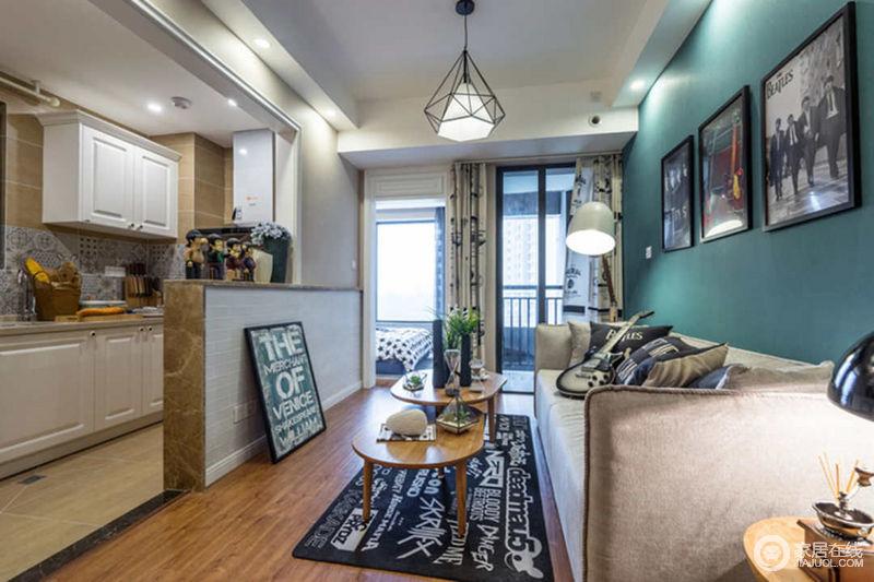 在客厅、餐厅及厨房这三个公共区域,没有做出明确的隔断或划分,开放式的设计在视觉及实用性上扩大了客厅的面积。
