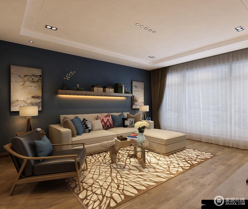 空间十分规整,墨蓝色墙面以抽象画对称在实木悬挂架两侧,文艺和谐;白色纱幔与之形成色彩呼应,愈加优雅;咖色窗帘和叶状地毯以色彩对比装饰着浅色沙发,极简实木茶几和扶手椅组成现代质感。