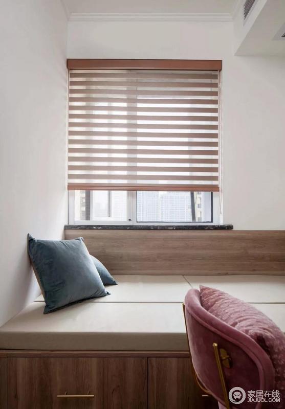书房以白色和木色板材为主,定制榻榻米,点缀金色把手,显得精致不少;软垫十分松软,而粉色单椅、蓝色靠垫,与卷帘搭配。令整体空间简单之余,充满一种温馨感。