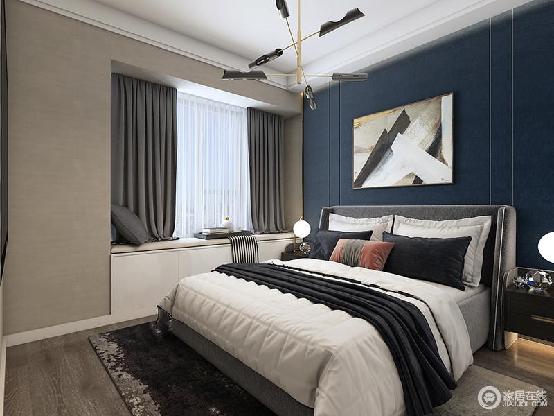 卧室的吊顶通过白色石膏做了找平和精修,而飘窗既实现了收纳,又因为灰色窗帘与黑白色床品构成简素、温馨;黄铜吊灯的现代时尚不仅为空间带来光亮,也让空间多了份艺术感。