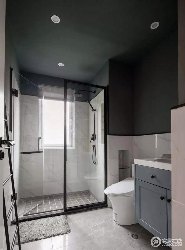 次卫整个空间色调以蓝灰白为主,顶部全部刷成深灰色,显得深沉稳重,墙面拼接的白色瓷砖恰到好处的中和了上方空间的沉重感,营造出的空间倍添时尚美感,并呈现出拼接效果;蓝色盥洗柜小巧实用,如淋浴房一样,简单易打理。