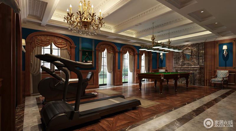 方形石柱并没有做隐藏处理,和褐木拱形窗户是空间中最经典的设计,双层罗马帘锐化了硬朗;藏蓝色成熟稳重令人可踏实地健身娱乐。