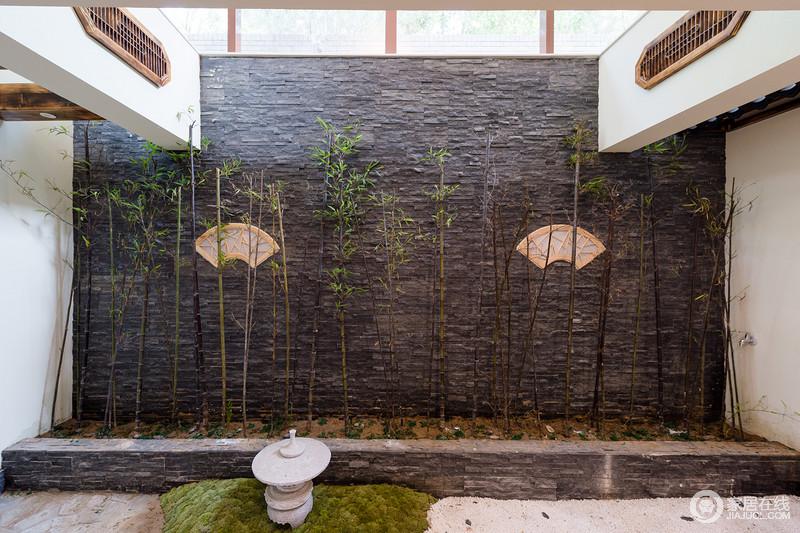 利用原有户型结构,一下便将户外的阳光、气息、自然意蕴导入室内。自然光源的导入,扩大了空间感,使得整个空间充满了自然生命力。