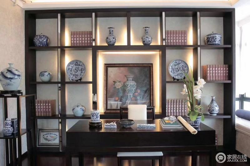 书房古典文雅,适合陶冶情操,简化地中式置物台陈列着青花瓷器和主人的藏书,与书桌上的文房四宝,散发着东方生活的文艺和古韵。