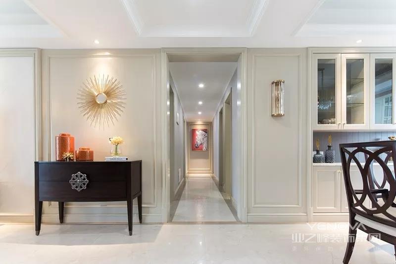 过道左侧为了画面完整性,放置成品柜来达到平衡效果。使用护墙板让空间连成整体,延伸视野的范围。
