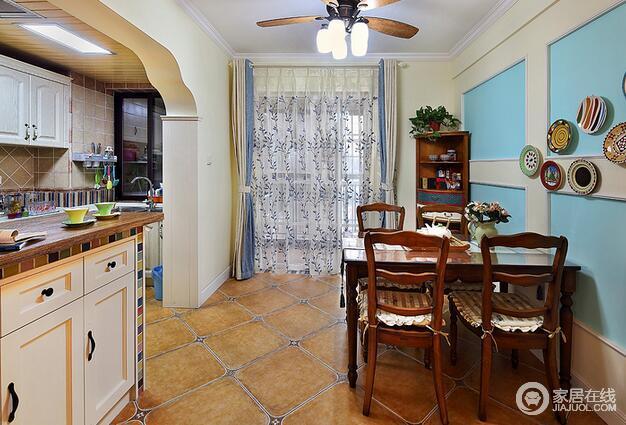 餐厅的背景墙与客厅形成了一个互应,包括那半弧形的小酒柜也与玄关柜是一个组合呢。
