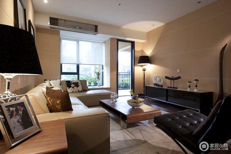 客厅与阳台之间,大面积的门窗带来良好的采光,加深了空间色彩之间的层次感。