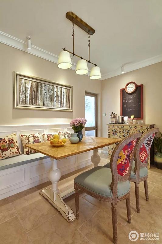 白色卡座式的座椅为餐厅节省了不少的空间,座椅上卡通色彩的抱枕与木制的餐椅背面色彩相呼应,在吊灯的灯光下,整个用餐区瞬间灵动起来