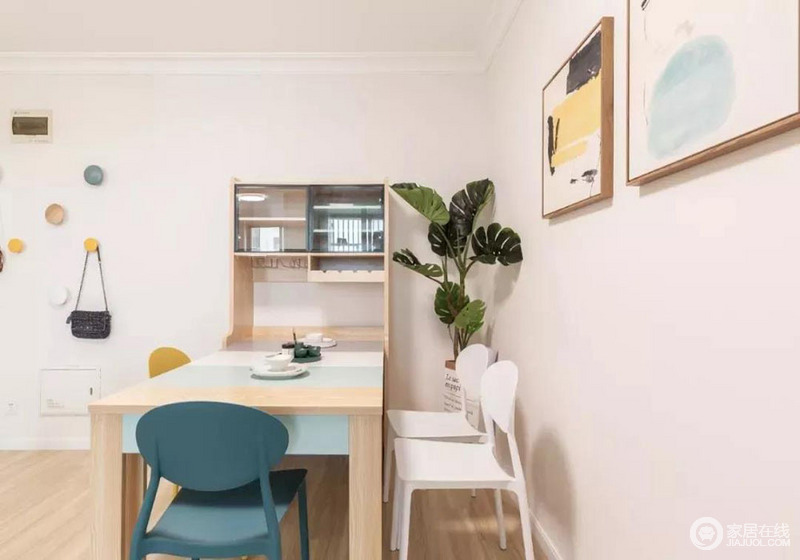 餐厅这块的色彩搭配,主要是木色加一些鲜艳的跳色,整体是淡雅、温馨的感觉。蓝色的椅子五一是这个空间中的点睛之笔。