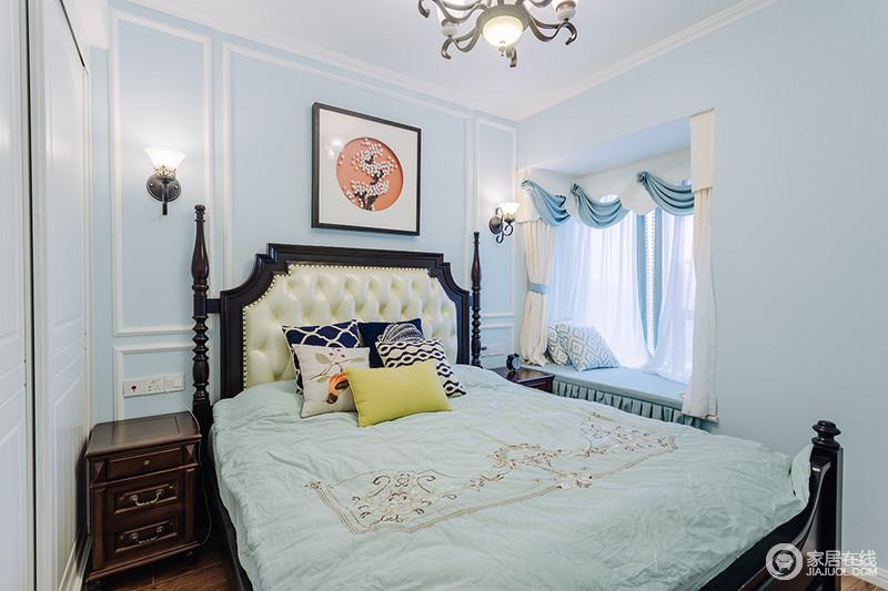 卧室以浅蓝色漆粉刷墙面,搭配白色石膏线,形成一个蓝白的清新;同时,设计师也以飘窗作为切入点,增加了休闲的质感,蓝白窗帘配上室内的软装,缓解了复古的螺纹木床,古与新得到很好的平衡,十分温馨。