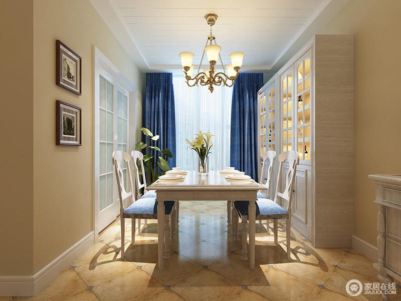 餐厅以白色条线作简单地勾勒,吊顶的几何之美显得更为大气,与白色脚线强调了几何感,再加上米色墙面显得更为温和;仿旧砖与蓝色小砖的的田园风与延续空间的用色,巧妙地呼应着蓝色窗帘,反差之中,造就明快;美式实木家具组合,在黄铜灯具 、画饰的点缀中,显得十分别致。